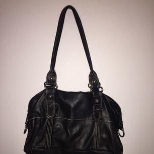Snygg, svart handväska från Åhléns. Enkel och stilren, bra skick även fast den är använd fåtal gånger.