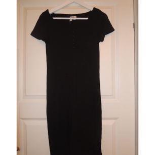 Ribbad tight klänning från H&M Divided. Använd endast en gång = nyskick. Strl S. Säljes pga för stor på mig som är en XS. Frakt 30 kr.