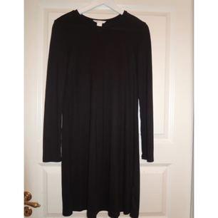 Perfekt vardaglig svart klänning från H&M basics. Strl XS men lite stor i storleken så om du vill ha den lite tightare så ska du nog vara en S. pga för stor på mig är den helt oanvänd = nyskick. Frakt 30 kr.