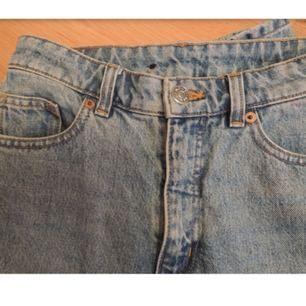 Klassiska Kimomo mom jeans från Monki. Strl 25, säljes pga för små för mig. Använda endast några gånger och i finfint skick. Nypris 400 kr. Andra bilden är från monkis hemsida, gå gärna in där och kolla för fler bilder. Frakt 58 kr.