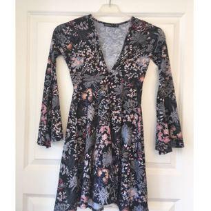 Superfin bohemisk klänning från Boohoo, med utsvänga ärmar. Säljes tyvärr pga att den är för liten för mig (alltså aldrig använd). Strl 32 petite så inte för den långa. Frakt 30 kr.