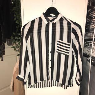Skjorta köpt på barnavdelning. Funkar som magtröja för mig som har XS