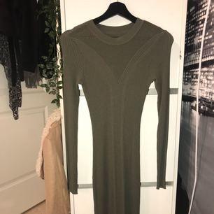 Oanvänd knälång (lite längre) klänning från H&M. Galgen formar klänningen på bilden, inge vaddning.