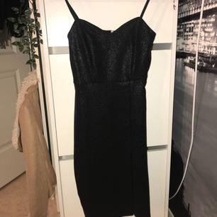 Svart glittrig klänning från Nelly med liten slitz