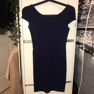 Mörkblå kort klänning med djupare rygg. Köpt i Italien