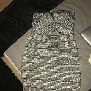 Sprillans ny kort glittrig klänning från H&M. Julklapp som inte passar, liten i storlek.