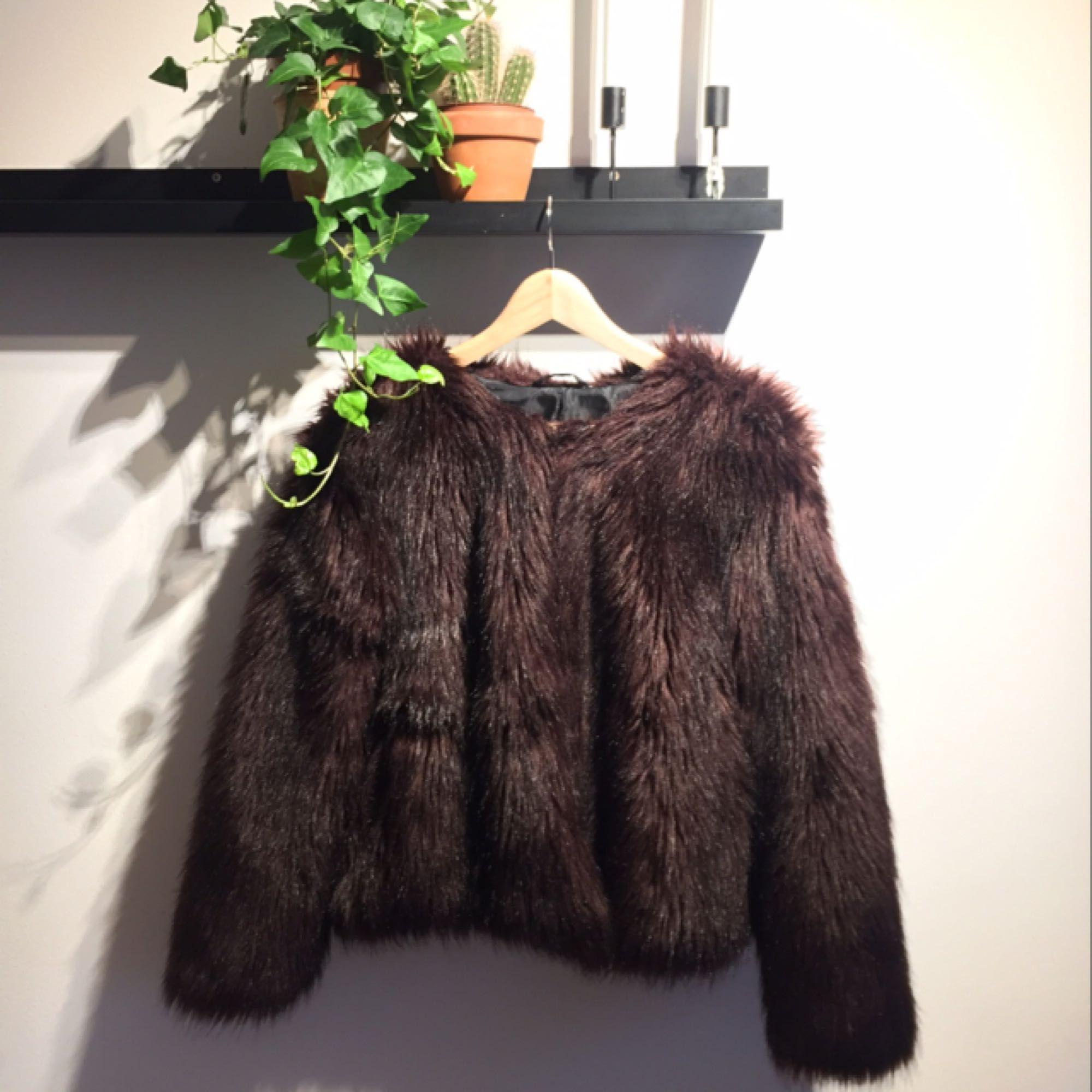 Klassisk fake fur jacka. I storlek 44 men är liten i storlek då jag vanligtvis är strl 40.  Ser helt ny ut och endast användts ett fåtal gånger. Perfekt över en snygg outfit!. Jackor.