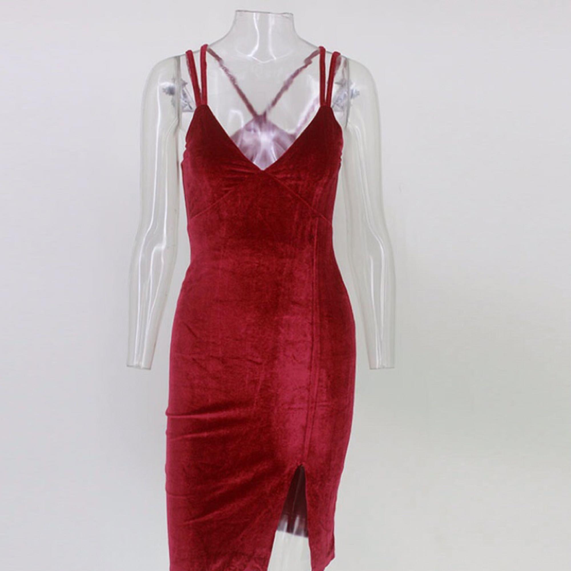 16dd69852faf Röd figursydd klänning i sammet. Helt oanvänd! Riktigt snygg passform  oavsett om man har ...