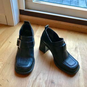 Fett snygga skor köpta på secondhandbutik, känns som äkta läder iaf! Väldigt retro-coola. Frakt ingår!