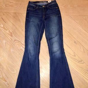Utsvängda jeans i bra skick från ONLY (denim goods). Säljer pga fel storlek! 🎀  Betalning via Swish