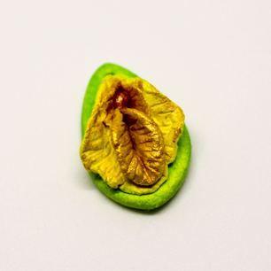 Liten vulva i lera. Mått 23mm x 15mm. Kedja eller