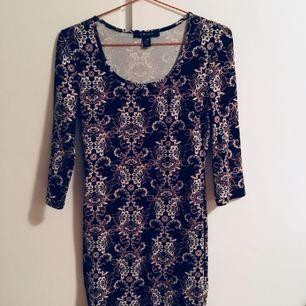 Jättesnygg klänning med skönt tyg som sitter bra på kroppen, den passar Stl M men även S-XS  ALDRIG ANVÄND! Endast testad som ni ser i provrummet.  Köparen betalar frakt som tillkommer, endast swish💓💓