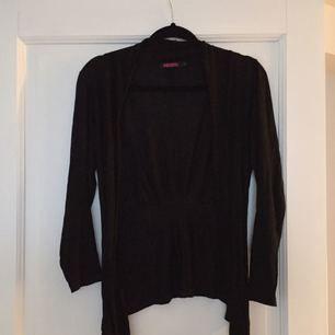 Skön öppen svart tröja, inköpt på indiska. Snygg till t-shirt el skjorta. Nypris 350:-