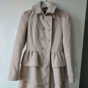 Säljer min väldigt fina ljusrosa jacka då den blivit för liten. Den är otroligt fin med en speciell design som framhäver kurvor