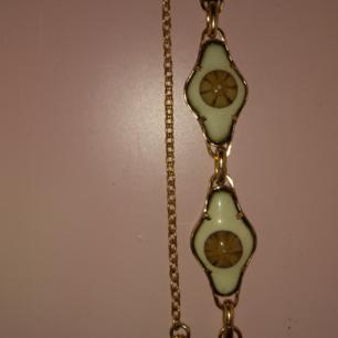 Bohemiskt vackert armband, köpt vintage. Har inte kommit till användning då jag inte använder smycken så mycket ❤ Ungefär 19 cm runt handleden.