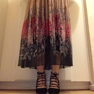 Jättefina Bianco högklackade skor, av svart mocka. Storlek 38, klackhöjd 9 cm. Endast provade. Du får dessutom ett par mjuka och bekväma latex foam half-soles. Lådan ingår ☺️ Säljer dem pga att jag inte kan gå i dem... 💔    Kan tänka mig att gå ner i priset vid snabbaffär 😉