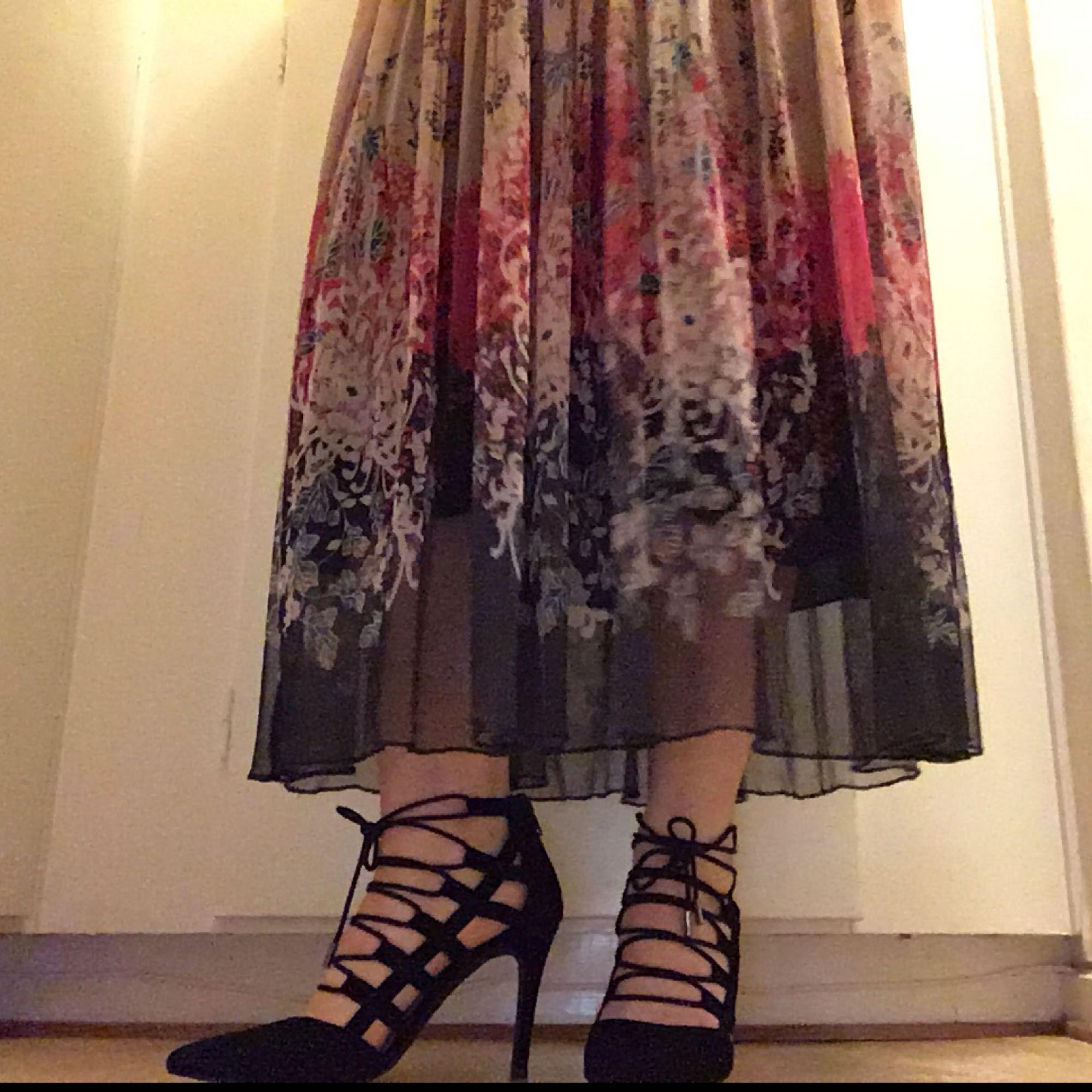 Jättefina Bianco högklackade skor, av svart mocka. Storlek 38, klackhöjd 9 cm. Endast provade. Du får dessutom ett par mjuka och bekväma latex foam half-soles. Lådan ingår ☺️ Säljer dem pga att jag inte kan gå i dem... 💔    Kan tänka mig att gå ner i priset vid snabbaffär 😉. Skor.