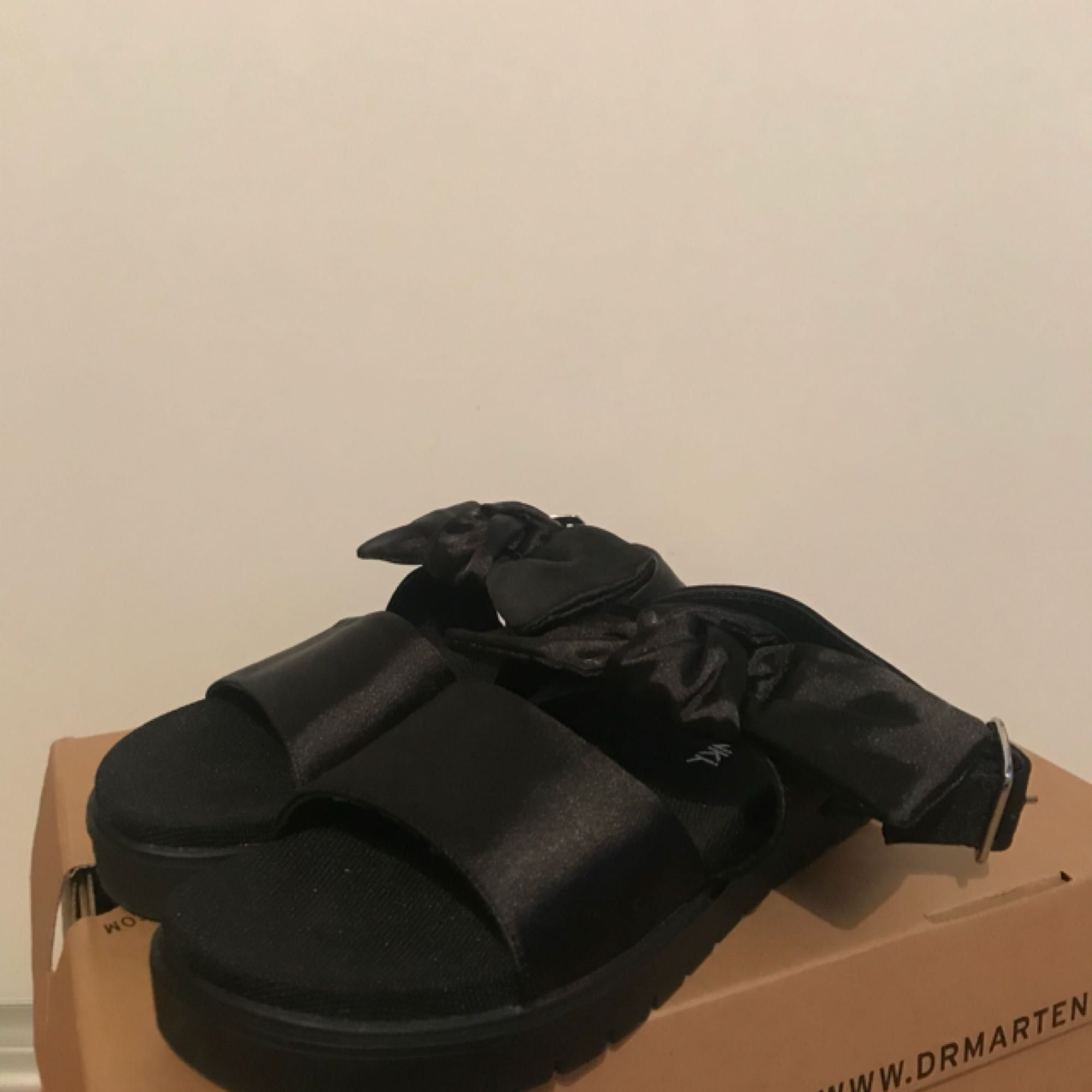 Jättesöta sandaler från monki i Strl 36 men passar mig med 37 också. Köpte dom i somras till en resa men dom blev aldrig använda så dom är endast testade✨ justerbara spännen på sidan:) Köparen står för frakt✨. Skor.