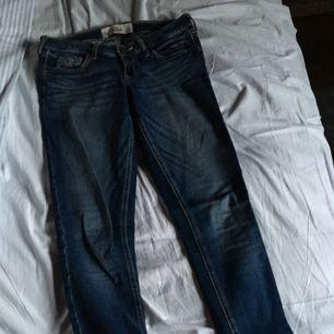 Ett par riktigt nice låga jeans från Hollister 🌹  Ni som har korta ben - this is the jeans for you!!  Jag själv har väldigt korta ben och dessa är en av de få  byxor jag ägt som faktiskt passar i längden.  Dock är  de nu väldigt små och därför säljer jag dem. Så att någon annan kan få nytta av dessa snygga jeans!  Frakten ingår i priset!
