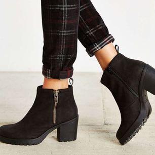 Vagabond skor i skinn med klack. Supersköna och lätta att gå i! Använda ca 3 gånger. Kartong medföljer ifall man vill :)