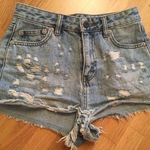 Snygga jeansshorts från Pull&Bear. Använda endast några gånger, i finfint skick. Strl 32.