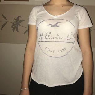 Super skön och snygg hollister tröja! Köpte den ett tag sen och älskade den men nu har ja inte så mycket användning av den💓 Sitter bra upp till storlek M! Frakten står köparen för💫