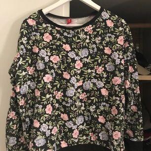 Super skön och fin sweatshirt från H&M köpte ett tag sen knappt använd. Frakten står köparen för💙