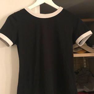 Snygg och enkel tröja från H&M. Passar bra till typ vad som helst💫 Endast använd ett fåtal gånger. Frakten står köparen för💞