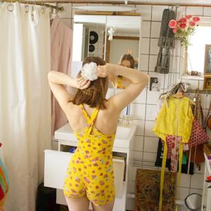 Super söt liten jumpsuit från Humana!! 🍓🍓 Anledning till försäljning: används inte ⚛