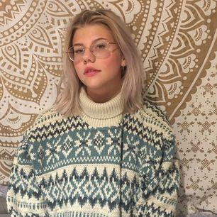 Super mysig tröja från 80talet. Kommer från märket Multiblu och är gjord i Italien.  Orginalpriset var 800kr. Frakt tillkommer och betalningen sker via swish.