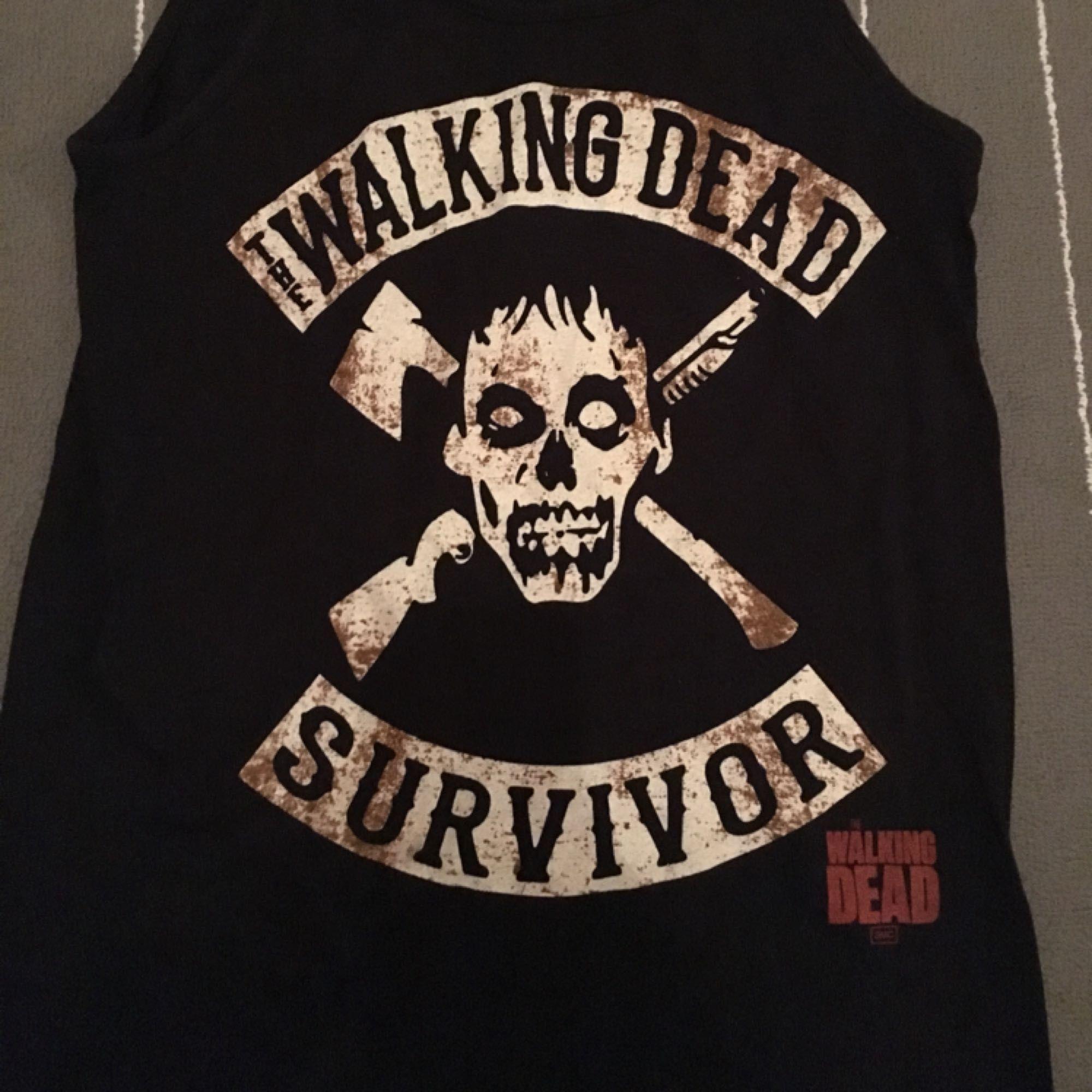En linne med THE WALKING DEAD logo. Storlek M. Nyskick, använd endast 2 ggr. Kan mötas upp i T-Centralen. . Toppar.