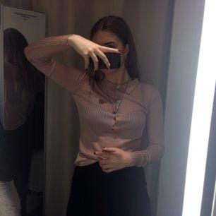 Puderrosa tröja från h&m trend som varit orörd lite för länge nu. Very sporty 70's. Skickas mot betalning av frakt eller mötes i Gävle. Swish is queen 🏸