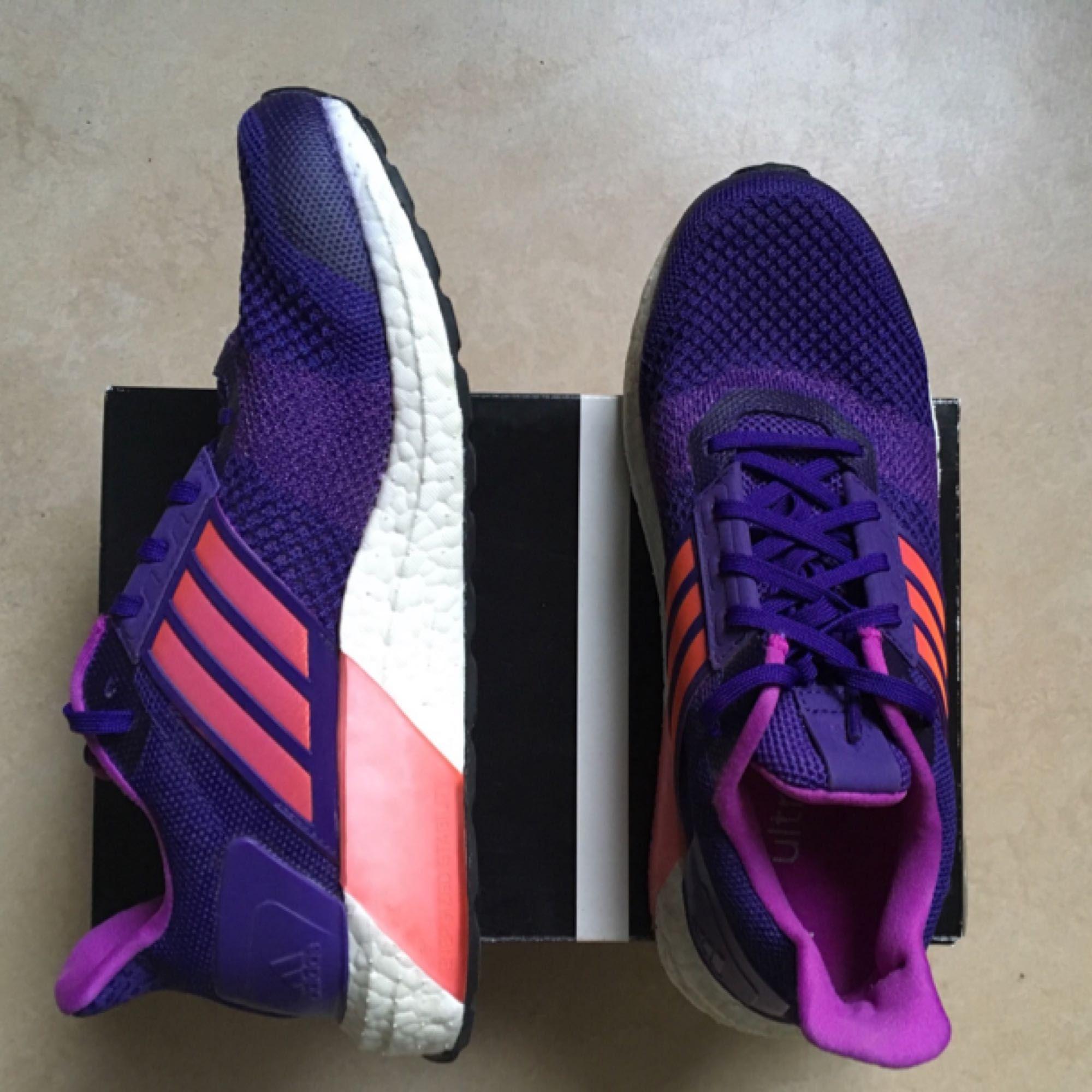 Adidas ultraboost i stl 38 2/3  Väldigt fint skick, använda ett fåtal gånger. . Skor.