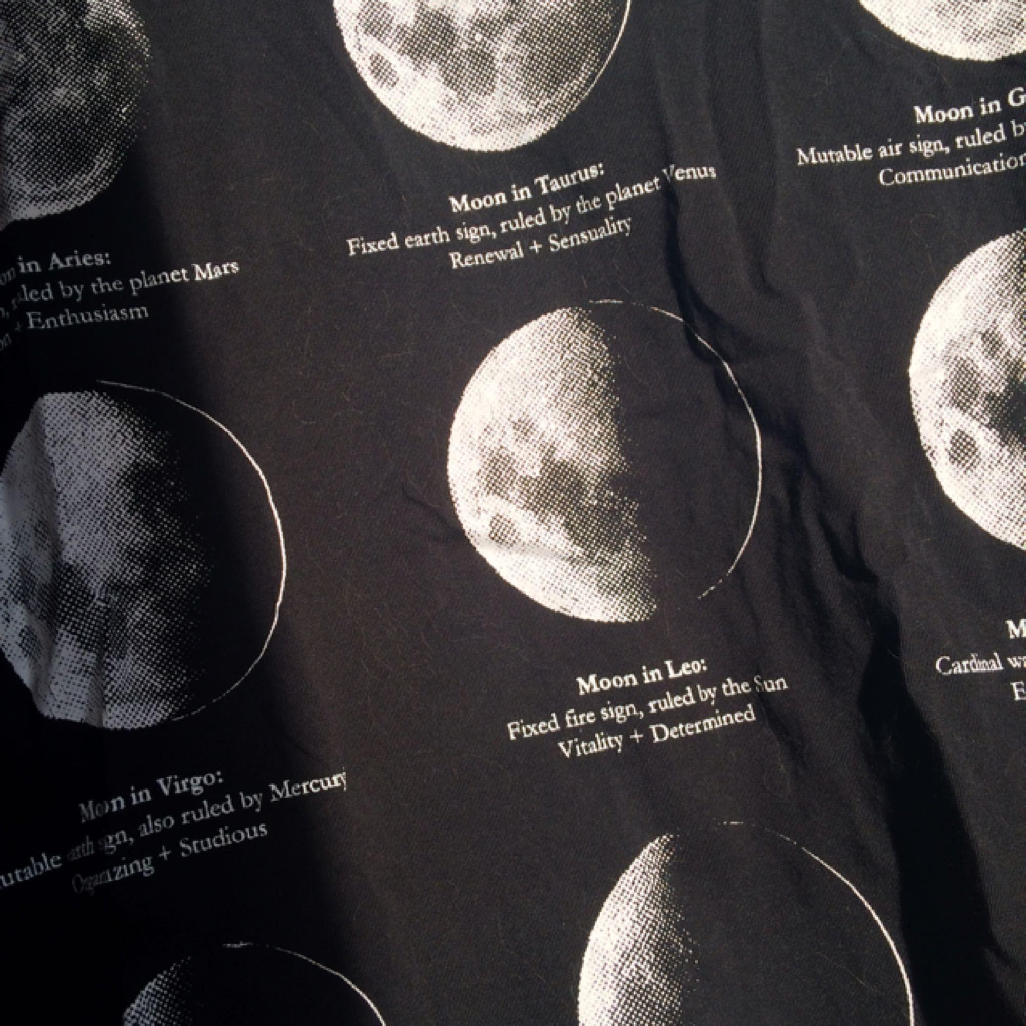 Mån-tröja från Killstar. Mycket bra skick. Storlek S, men den känns rymlig i storleken. Frakten ingår i priset.  Finns även upplagt på fler sidor.. T-shirts.