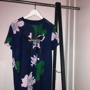 Adidas t-shirt klänning oanvänd. Säljer för att jag inte  använder den. (Pris lappen är dock av)   Priset kan variera 😁