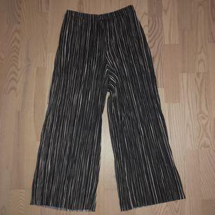 Sköna vida plisserade byxor från H&M TREND, använda fåtal gånger. Väldigt bra skick! Köpare står för frakt!