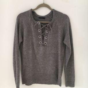 Superfin tröja med snörning från NA-KD, inte använd mer än 2-3 gånger. Det står XS men den är lite stor i storleken, så beroende på hur du vill att den ska sitta så kan den också passa S.  Nypris: 299 kr.