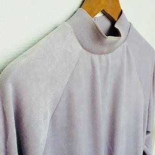 Härlig lila tröja från Monki med hög krage.