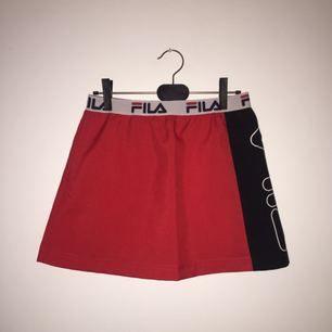 Snygg, sportig, trendig kjol från märket Fila. Använd 1 gång då den var för lite redan då jag köpte den. Den är som ny! Röd kjol med svart på sedan och Fila-loggan.