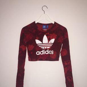 Snygg långärmad tröja från Adidas. Nypris 400kr. Den är använd ett par gånger, men är som ny! Snyggt blommigt mönster. Stor adidaslogga på framsidan.