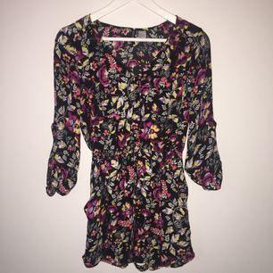 Snygg, somrig playsuit. Den är i skönt och luftigt material. Snyggt mönster och endast använd 1 gång. Som ny!