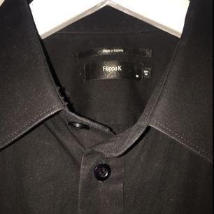Snygg, stilren skjorta från Filippa K. Använd en gång, den är som ny! Slum fit