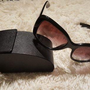Äkta Prada solglasögon i modellen SPR32PS  Fjärilsram, Heltäckande Båge, Svart Violet Shaded  Inklusive etui Tillverkade i Italien  (Nypris 1900kr)