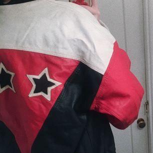 SÅÅÅ cool jacka!! Bombermodell i svart, vit & röd skinimitation och stjärnor på ryggen!