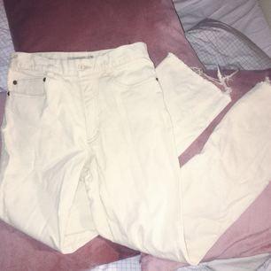 Vita ASSNYGGA jeans!! Tighta upptill men lite mer utsvängda i nertill! Perfekta jeansmodeller verkligen! Köp!!
