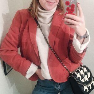 SÅ snygg laxrosa jacka i mockaliknande tyg!!