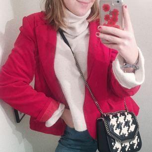VÄLDIGT snygg röd sammetskavaj!! Rödare i verkligheten än vad den ser ut på bild!