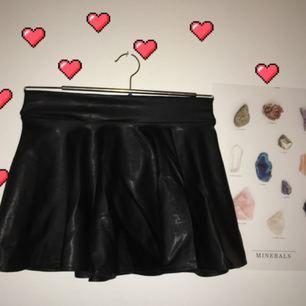 Kjol i faux leather , skaterskirt modell, använd få gånger🌹 (Bilden utan hjärtan är baksidan av kjolen)