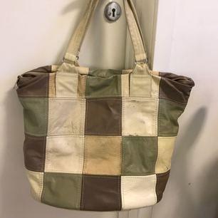 Jättesnygg läderväska, köpt vintage i London  Rymmer massor, kan bäras i handen eller på axeln.
