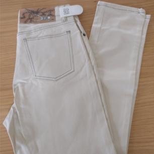 Helt nya jeans från Cheap Monday, hög midja. Naturvit. Köpta på Sivletto, rockabilly, 50-tal.  Jag använder mig av Swish, frakt tillkommer.
